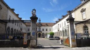 Cour de l'hôpital