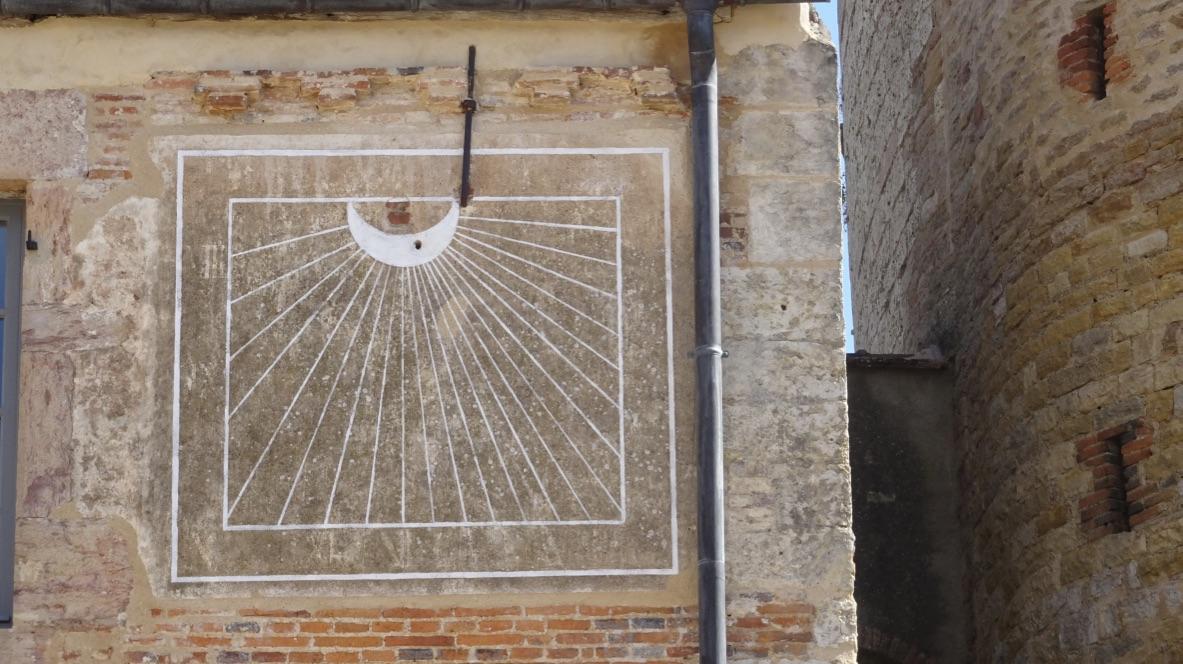 Cadran solaire gravé dans la pierre