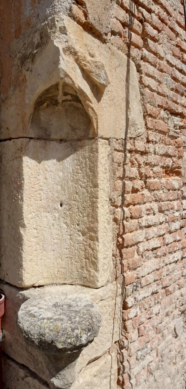 Cadran solaire en pierre dans l'angle du mur